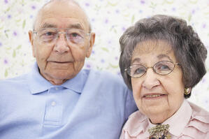 hispanic_couple_in_assisted_living_community